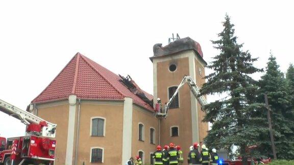 Iglica runęła w trakcie pożaru kościoła we Frednowach koło Iławy