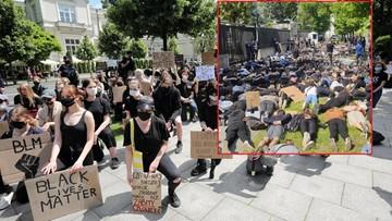 Leżeli na chodniku z rękami na plecach. Protest przez ambasadą USA w Warszawie