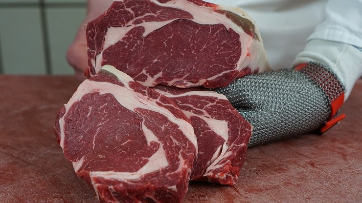 """Wyższe ceny mięsa? """"Jego produkcja generuje więcej CO2 niż cały transport"""""""