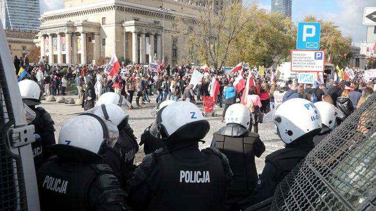 """Protest antymaseczkowców w Warszawie. """"Lekceważące naruszanie przepisów"""""""