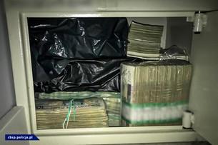 CBŚP rozbiło grupę. Policjanci znaleźli 13 mln zł w gotówce