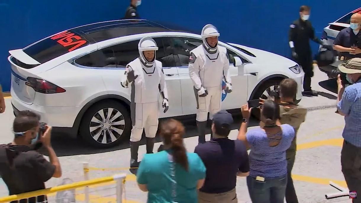 Tak wyglądał wczorajszy moment transportu astronautów do kapsuły Dragon [FILM]