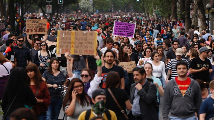 Demonstranci nieśli narodowe flagi, tańczyli, bili w blaszane garnki drewnianymi łyżkami i nieśli transparenty wzywające do reform politycznych i socjalnych