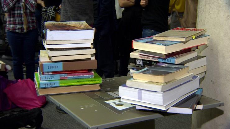 Duże kolejki w bibliotece UW przed zamknięciem. Limit wypożyczeń zwiększony do 20 woluminów