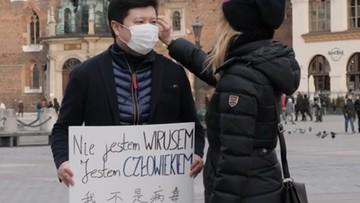 """""""Nie jestem wirusem, jestem człowiekiem"""". Akcja solidarności z Chińczykami na ulicach Krakowa"""
