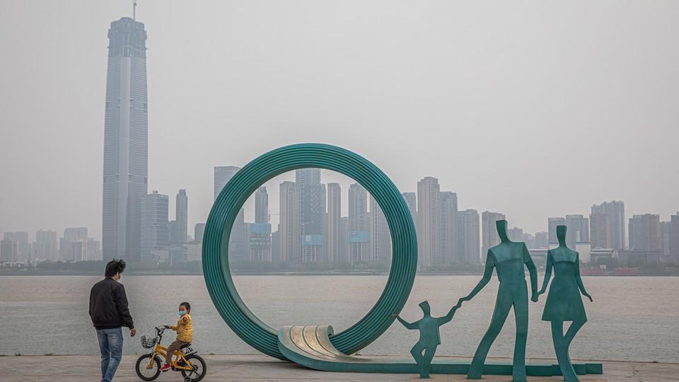 Władze chińskie stopniowo znoszą ograniczenia w Wuhab