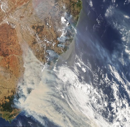 Ogromna chmura powstała na skutek pożarów, zdaniem meteorologów, tworzy swój własny mikroklimat.