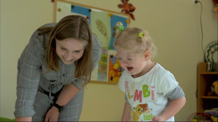 Mózg Natalki rośnie szybciej niż czaszka. Historia dziewczynki z zespołem Aperta w Polsat News