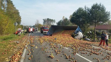 Czołowe zderzenie z ciężarówką przewożącą jabłka. W akcji helikopter LPR
