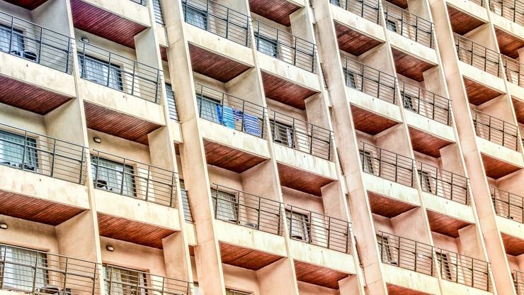 Bił kablem, stłukł lustro na głowie, później wypchnął ciężarną żonę z balkonu. Usłyszał wyrok