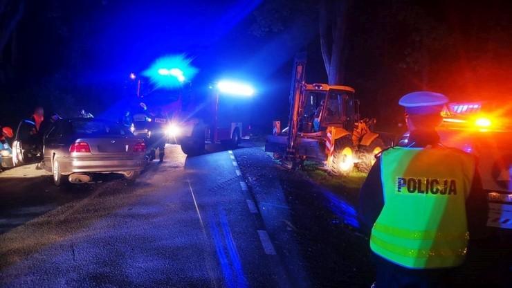 Kierowca i 17-letni pasażer auta osobowego trafili do szpitala z obrażeniami głowy i kręgosłupa