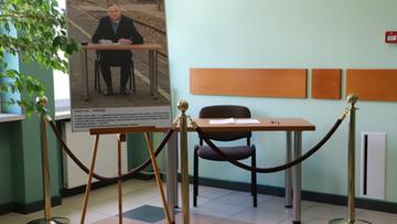 """Stolik z dworca w Końskich na wystawie. Upamiętnia """"historyczne wydarzenie"""""""