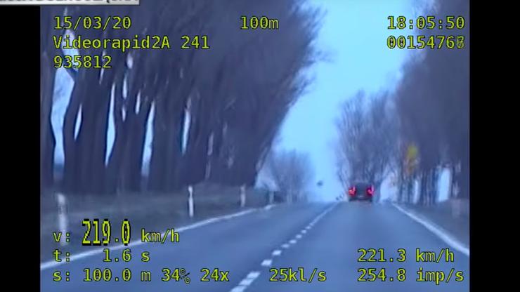 Uciekał z prędkością 230 km/h przed policją. Wypadł z drogi z pasażerką [WIDEO]