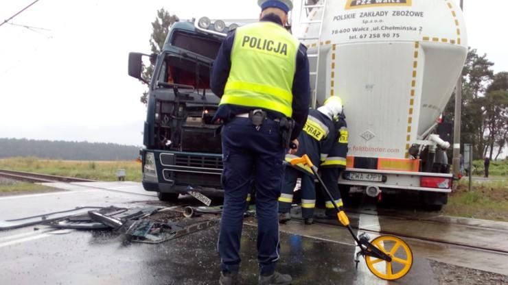 Zderzenie ciężarówek na... przejeździe kolejowym. Dwie osoby ranne [ZDJĘCIA]