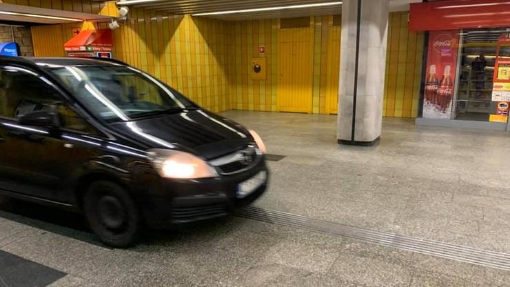 Auto wjechało w przejście podziemne metra