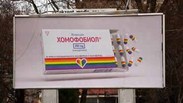 """Reklamy """"leku"""" na homofobię. Billboardy zniszczone po kilku dniach"""