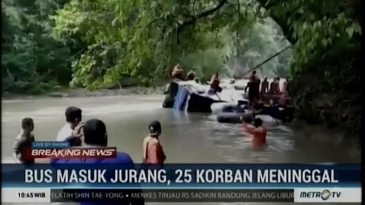 W Indonezji autokar wypadł z drogi i spadł do wąwozu. Kilkadziesiąt ofiar