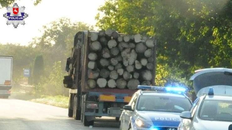 Drewno z ciężarówki spadło na rowerzystę. 69-latek trafił do szpitala