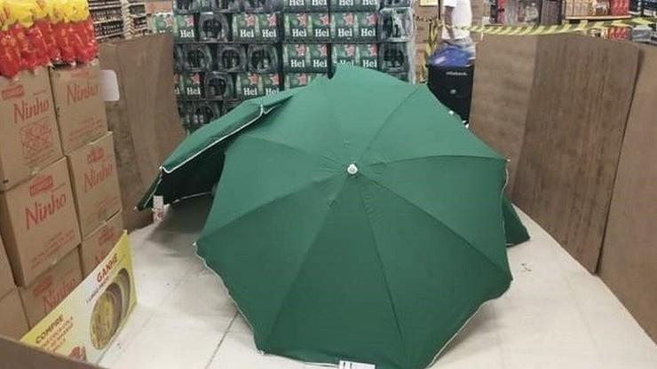 Zmarł w sklepie, jego ciało przykryto parasolami i otoczono pudełkami. Sieć przeprasza
