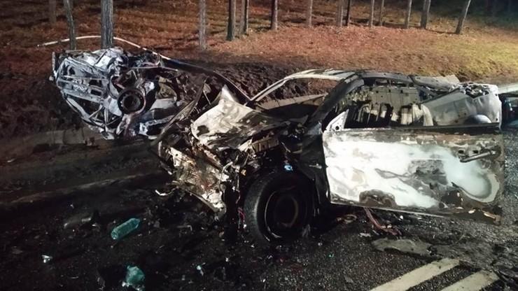 Samochody zapaliły się po wypadku. Kierowca spłonął w aucie