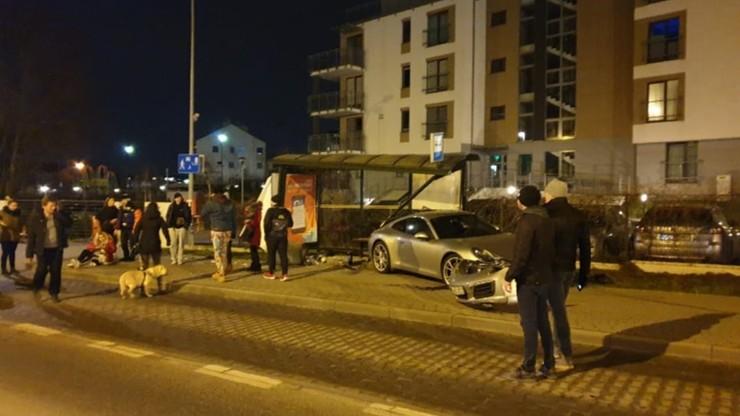 Porsche wjechało w przystanek autobusowy w Gdańsku. Kierowca i pasażer uciekli