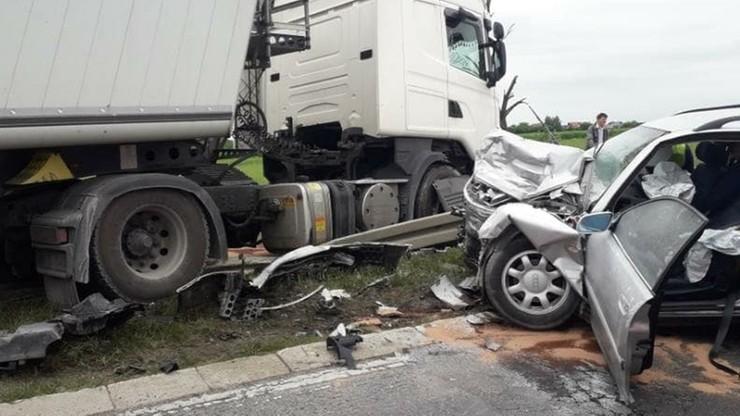 Ciężarówka wjechała w auto osobowe. Troje dzieci w szpitalu, ich matka zginęła na miejscu