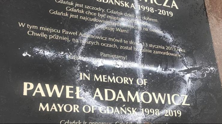 """22-latka zniszczyła tablicę Pawła Adamowicza. """"Chcę spojrzeć jej w oczy"""""""