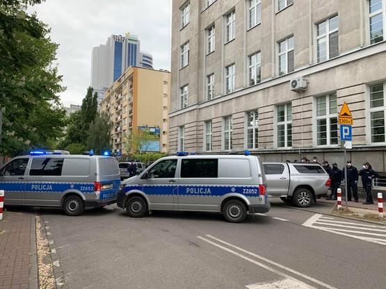 Policja przed siedzibą PiS