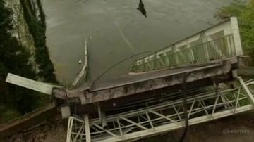 Zawalił się most, auta wpadły do rzeki. Nie żyje 15-latka, ofiar może być więcej