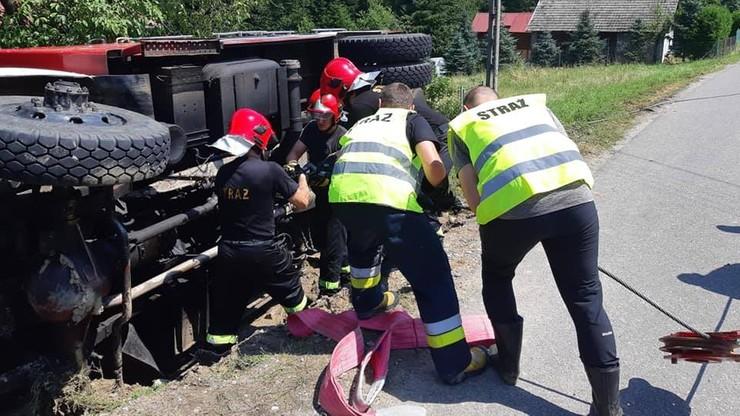 Spowodował kolizję i się nie zatrzymał - chwilę później potrącił strażaka. Policjant zatrzymany