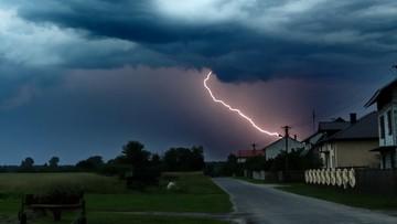 Burze z gradem, porywisty wiatr. RCB ostrzega mieszkańców centralnej i wschodniej Polski