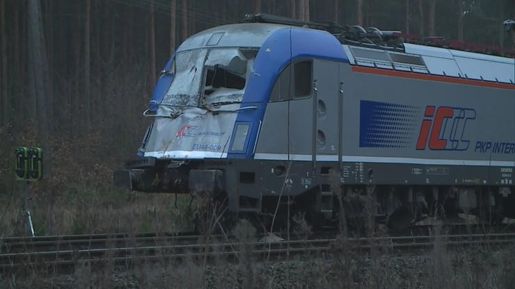 Ciężarówka staranowała szlabany i wjechała pod pociąg. Jest nagranie z monitoringu