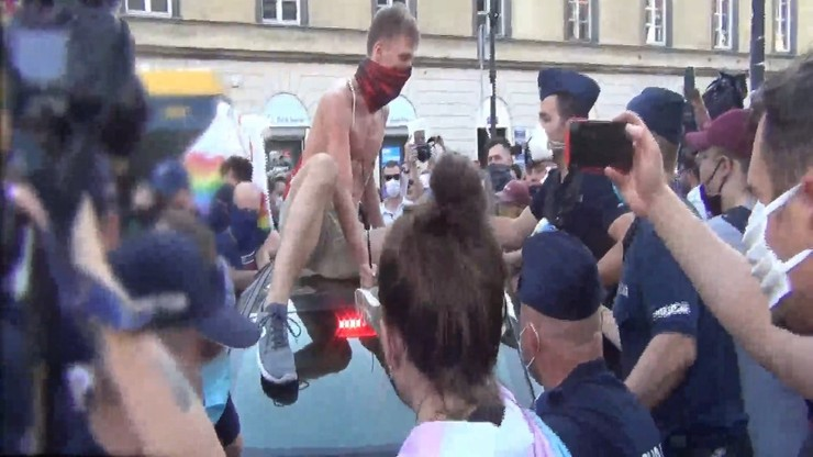 """""""Oczami policjanta"""". Opublikowano film z protestów na Krakowskim Przedmieściu"""