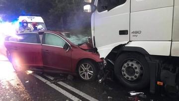 Zderzenie auta osobowego z ciężarówką. Zginęły dwie osoby