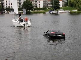 Utopił porsche w jeziorze w Iławie. Wydostał się w ostatniej chwili [WIDEO]
