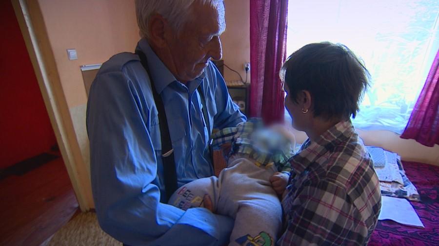 Sami z niepełnosprawnym wnukiem. Pomoc nadpłynęła od widzów
