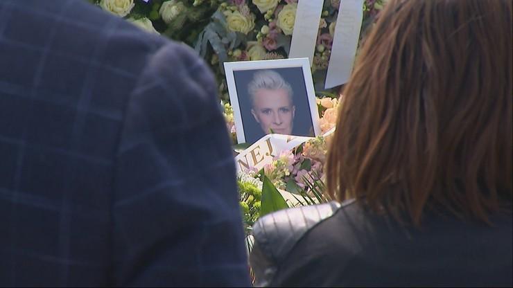 """""""Świeciłaś jasno i mocno, taką cię zapamiętamy"""". Pogrzeb Ewy Żarskiej"""