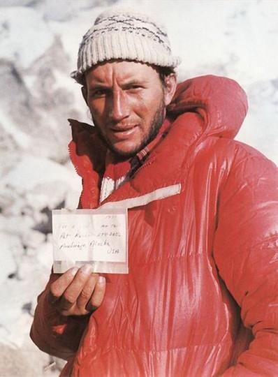 Leszek Cichy prezentuje notatkę, którą w 1979 Ray Genet zostawił na wierzchołku Mount Everest