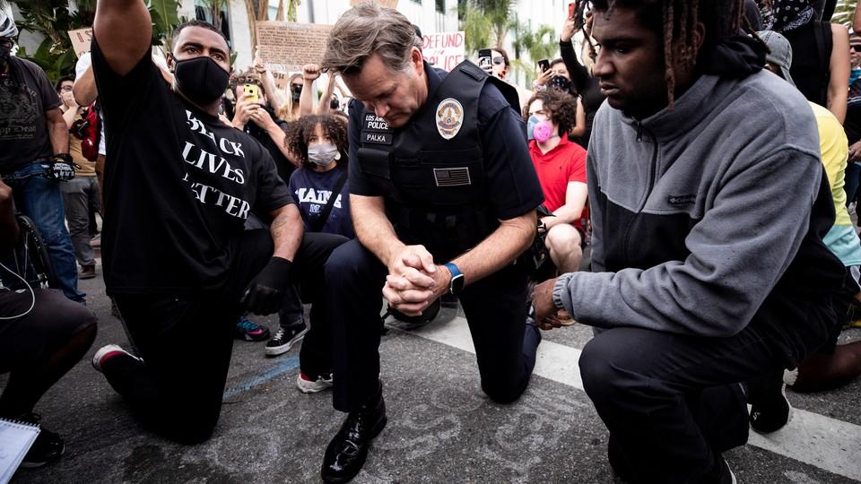 Jakie są prawdziwe intencje klęczących policjantów?