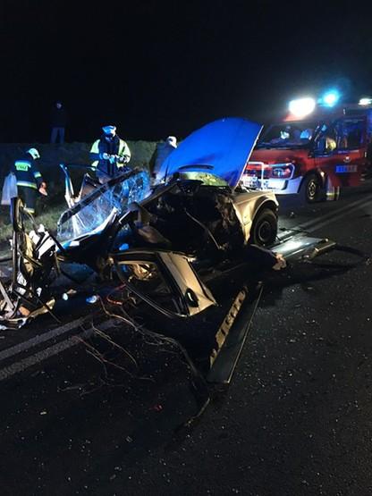 Po wypadku bmw rozpadło się, a kierowca wypadł