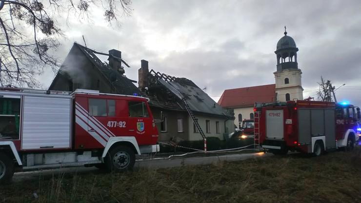 Pożar domu w Opolskiem. Ranny strażak