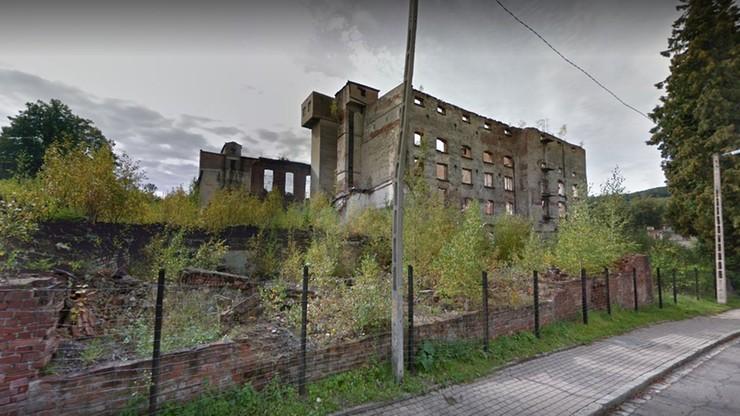 Runęły ściany dawnej fabryki w Walimiu. Na jej terenie ludzie zbierali cegły