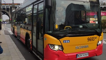 Warszawa wraca do normalnych rozkładów jazdy. Inne miasta zachowują cięcia