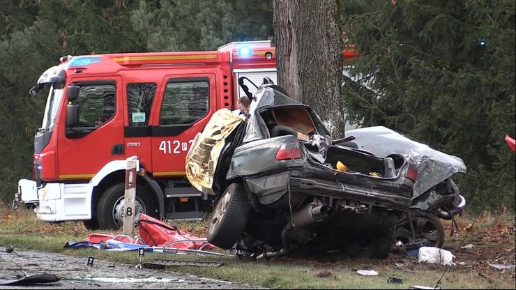 Młody kierowca wpadł w poślizg. Auto owinęło się wokół drzewa
