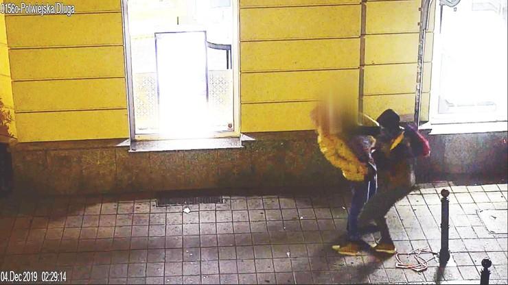 Pobił i obrabował przechodnia. Nie podejrzewał, że jest śledzony przez miejskie kamery [WIDEO]