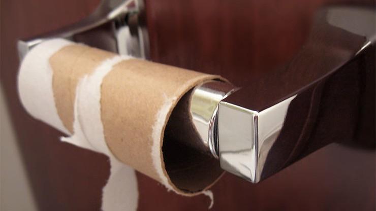 """""""Nie dzwońcie ws. braku papieru toaletowego"""". Policja apeluje do mieszkańców"""