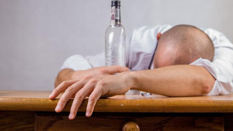 Pandemia koronawirusa. Rosjanie kupują więcej alkoholu i leków na kaca