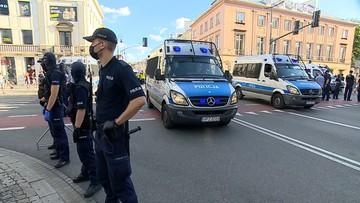 Policja ściągała tęczowe flagi na trasie Marszu Powstania Warszawskiego? Rzecznik wyjaśnia
