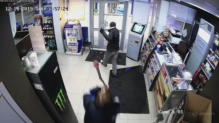Wypłoszyła złodzieja... mopem. Miał pałkę i gaz, ale wystraszył się ekspedientki