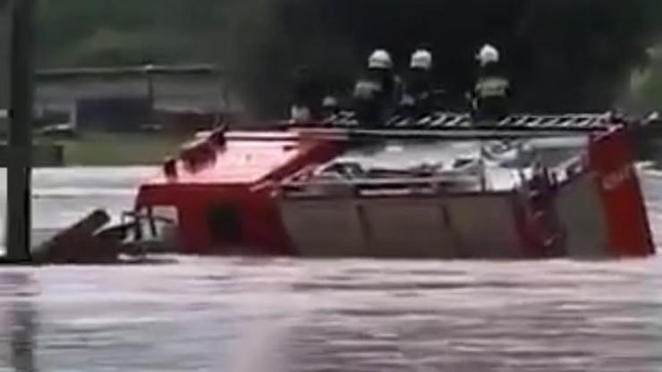 Strażacy stracili wóz w powodzi. Jest reakcja premiera